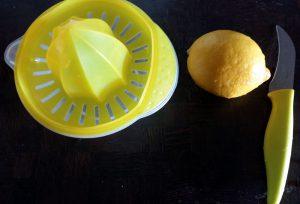 Presser un citron avec un presse-agrume